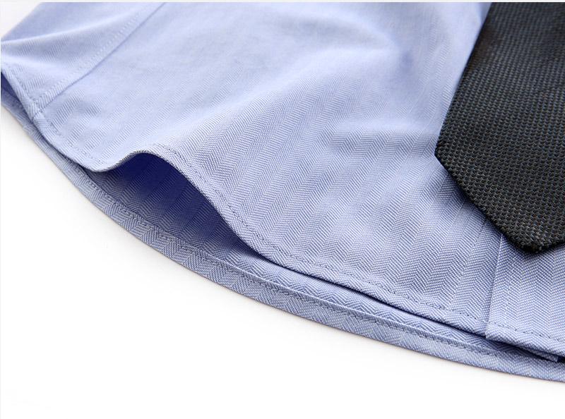 細かい幅で縫い上げた動体裁断シャツの裾-その2