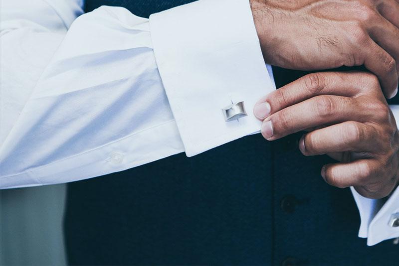 【粋なアクセント】カフスボタンで袖口をオシャレに演出する基本知識&おすすめ9選