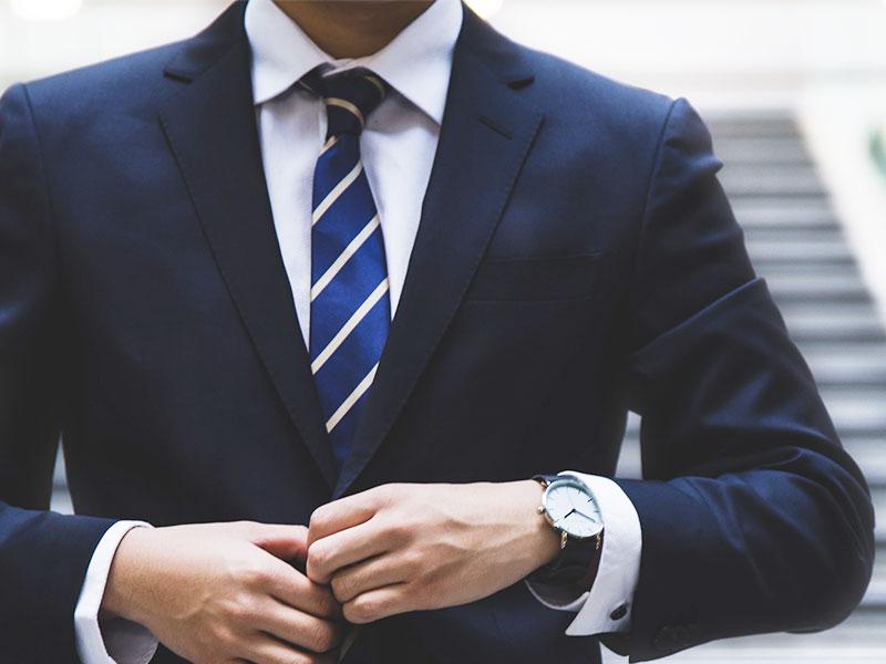 ビジネスに馴染む腕時計を探すときは、「黒革のベルト」と「無地白色文字盤」、「ダークトーンの3針(秒・分・時)」を満たしていれば大丈夫です。